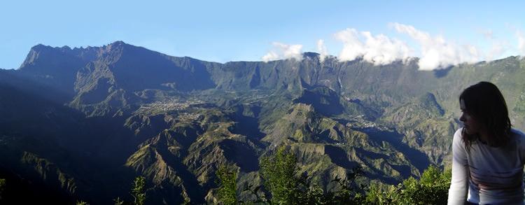 Panorama sur Cilaos, vu de la fenêtre des Makes